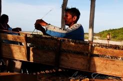 Pescador prepara o espinhel na ilha de Arrombado. Curuça - Pará - Brasil ©Foto: Lilia Tandaya